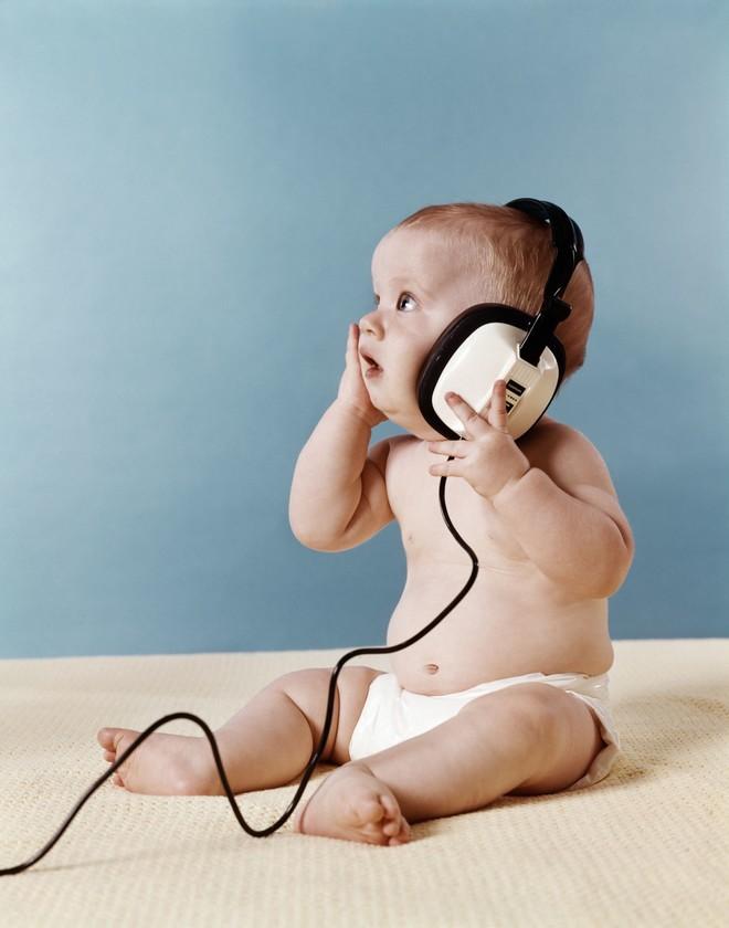 коли дитина починає чути