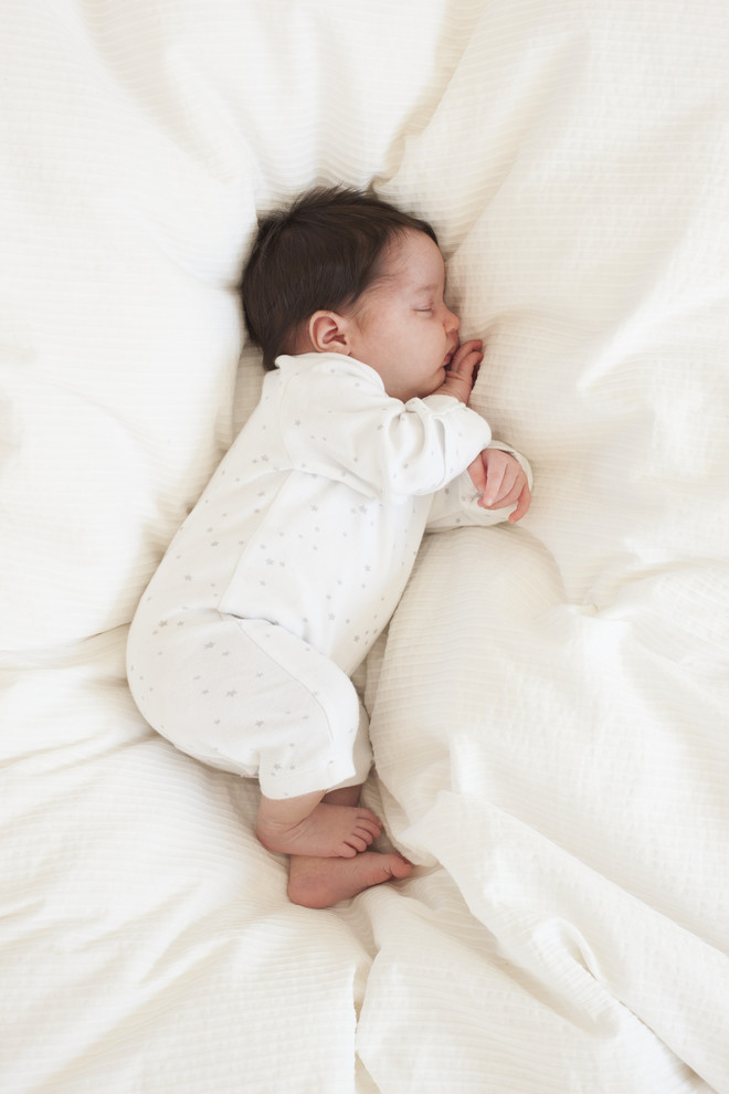 Сон на животике не препятствует нормальному отхождению кишечных газиков.