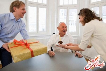 що подарувати директору чоловікові на день народження