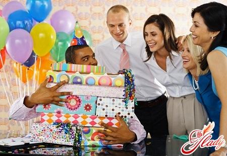 що подарувати колезі чоловікові на день народження
