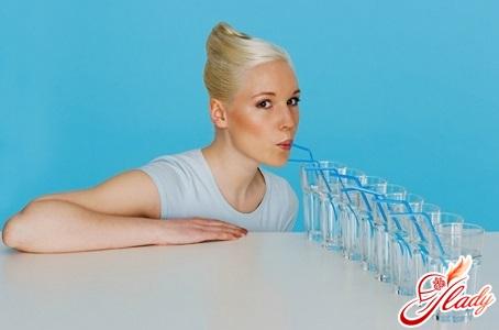 натщесерце з ранку слід випивати один стакан води