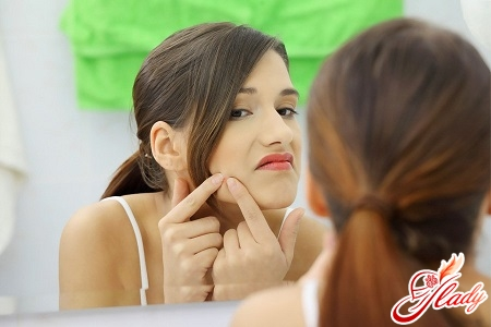 squeezing out pimples will leave marks on the face for a long time