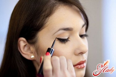 how to use the eyeliner correctly