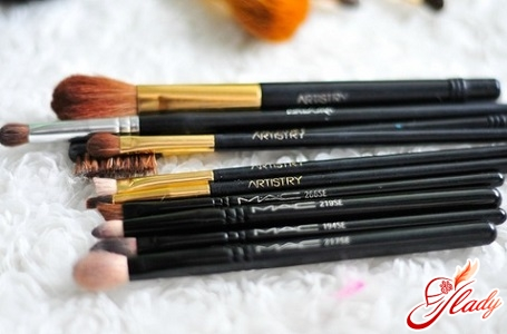 brushes for applying shadows