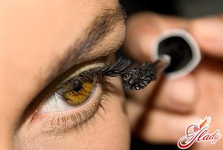 correct application of mascara to the eyelashes
