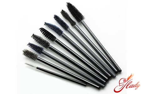 different brushes for applying mascara