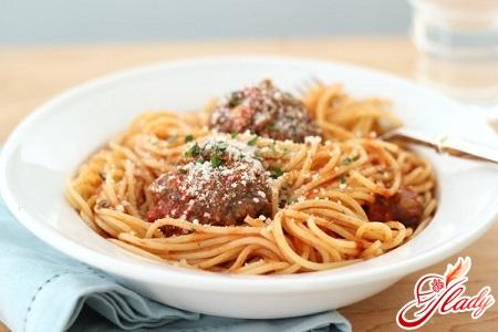 спагетті з соусом і сиром пармезан