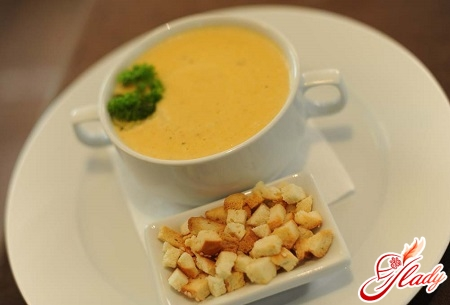 cream soup with croutons