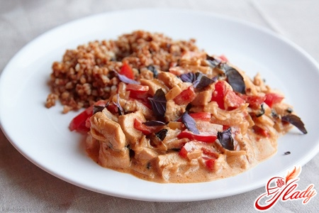 chicken in sour cream with vegetables and garnish