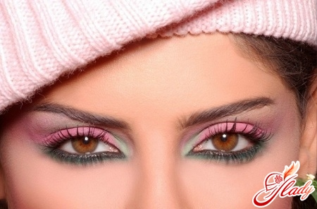make-up for small eyes