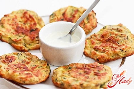 zucchini pancakes with sour cream