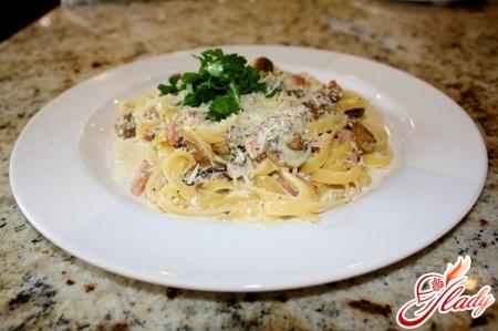 pasta with ham and mushrooms in creamy sauce