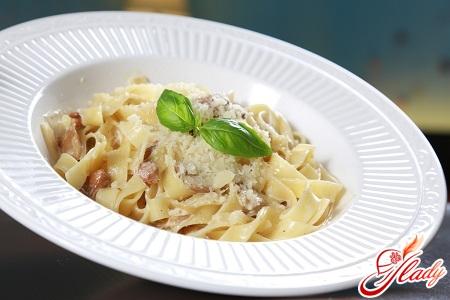 pasta in creamy sauce with mushrooms