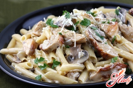 pasta with chicken and mushrooms in creamy sauce