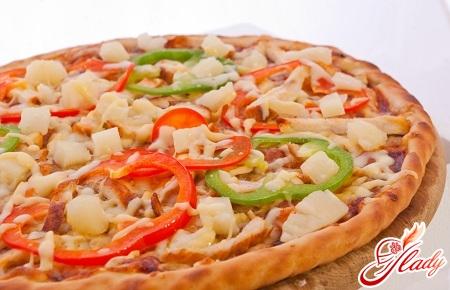 смачна піца з куркою і ананасами