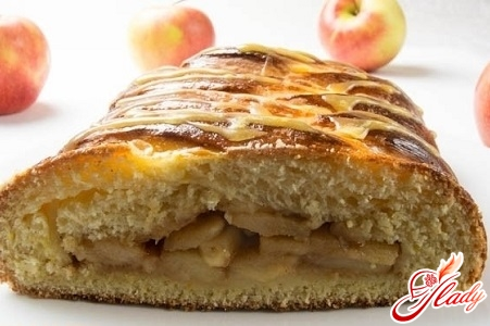 closed pie with apples and bananas