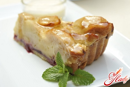 Pie with apples and cowberry
