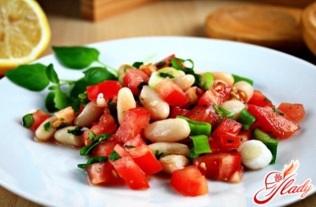 salad with beans in tomato sauce