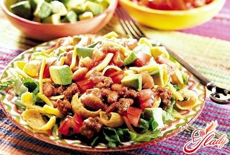 салат з квасолі в томатному соусі