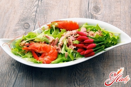 salad with shrimps with quail eggs