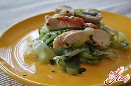 салат з курки і свіжих огірків