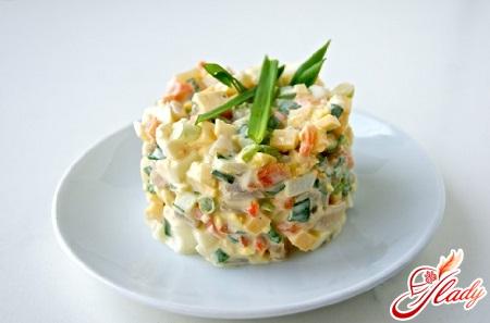 салат з кальмарами і кукурудзою