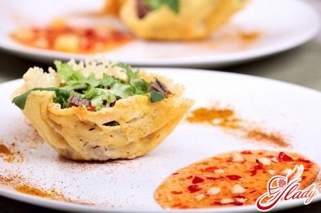 смачний салат з кальмарами і кукурудзою