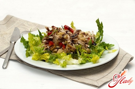 salad with olives and chicken