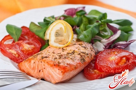 salad with salmon and tomatoes