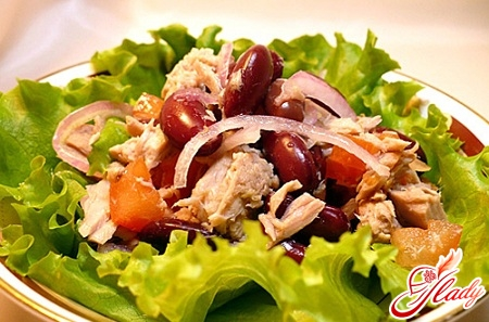 delicious tuna salad with tomatoes