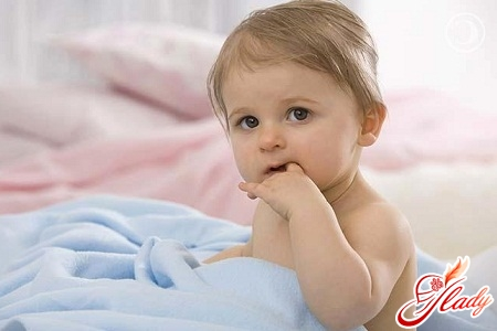 дитина смокче палець