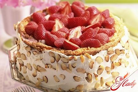 торт бісквітний з фруктами