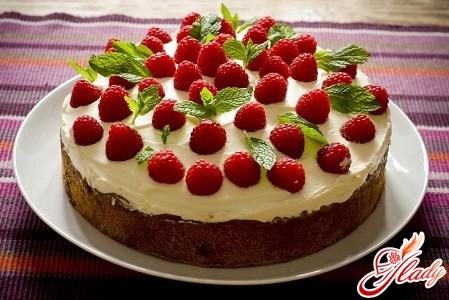 торт з бісквітними коржами