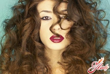 догляд за хвилястим волоссям