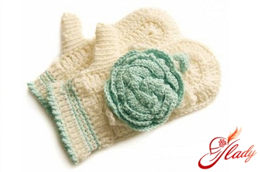 Knitting mittens with knitting needles for beginners