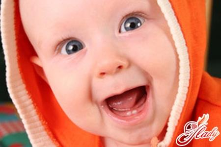 коли ріжуться перші зуби